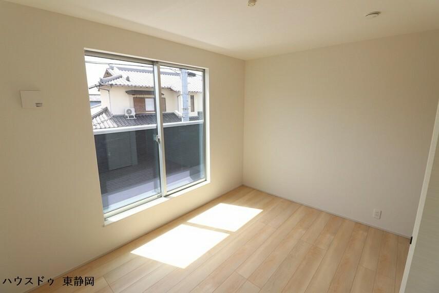 子供部屋 6.5帖洋室。バルコニーからの陽光や風を感じられる洋室。