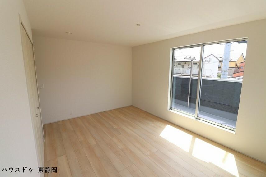 寝室 9.25帖洋室。こちらもバルコニーに面した大きな窓があるため、室内に明るい光が差し込みます。