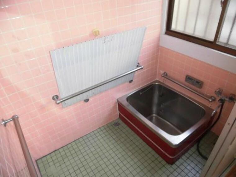 浴室 約0.75坪のお風呂です、手すりが設置してあり、ご年配の方でも使いやすいですね