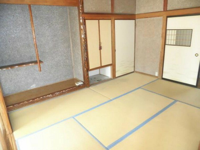 和室 玄関右手の和室6帖、床の間・仏間・物入があります