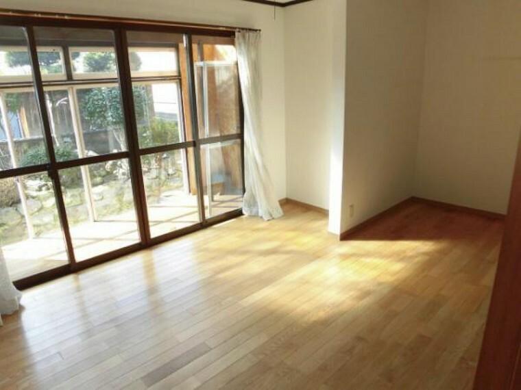 洋室 約7.25帖の洋室です、お庭側で明るい日差しが気持ち良いですね