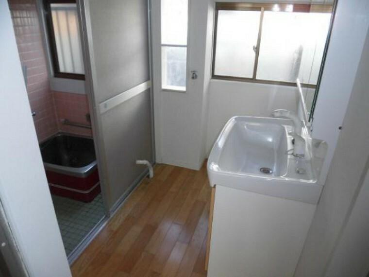 洗面化粧台 平成25年に洗面台を入替しています、シャワー付き洗面台です。