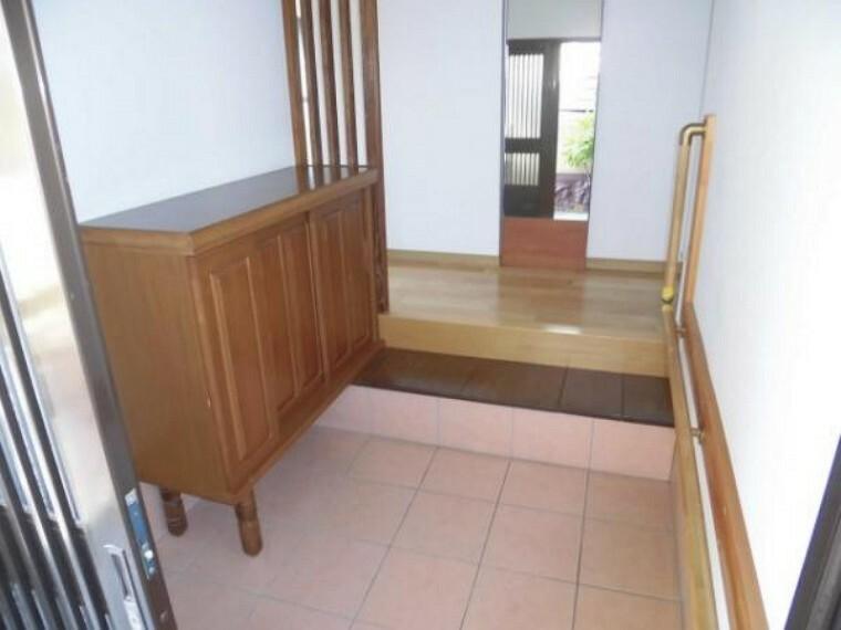 玄関 平成25年に玄関タイルを張り替えています、シューズボックス付きで玄関回りも綺麗に使えますんね。