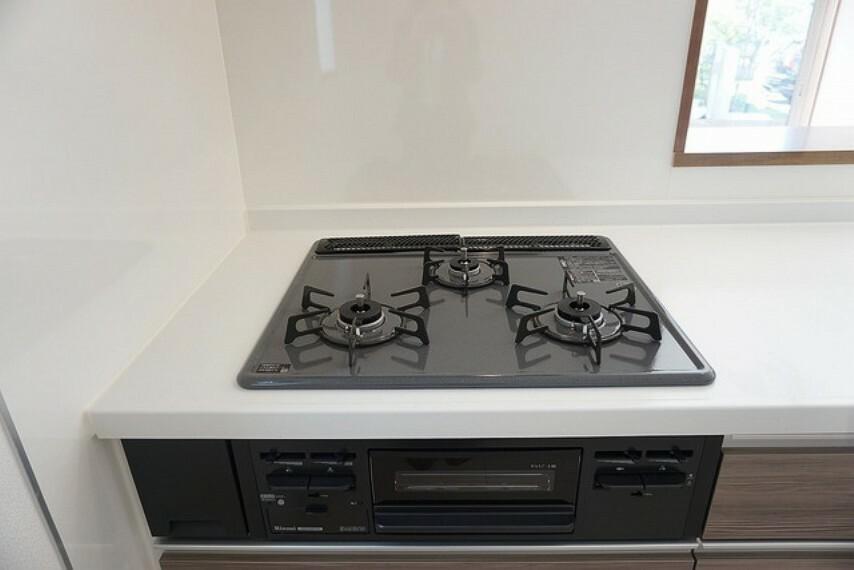 (同仕様写真。)から炊きにより一定の温度に達すると自動で火を止めてくれる安心機能、過熱防止センサー付3口タイプ。お料理の効率も上がります。