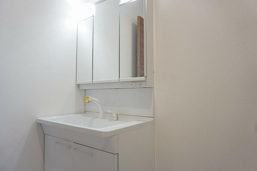 (同仕様写真。)三面鏡つき洗面台。収納も一体型になっているので、ドライヤーやヘアアイロンの置き場に困りませんね。