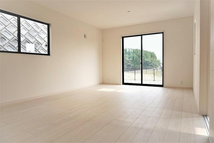 (同仕様写真。)キッチンに向き合う形で大きな窓があります。たくさんの光や風を取り込むことができ快適な生活が過ごせそうです。