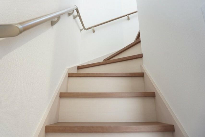 (同仕様写真。)踏み場の広い手摺付き階段です。勾配も緩やかに設計されており、高齢の方でも安心できますね^^