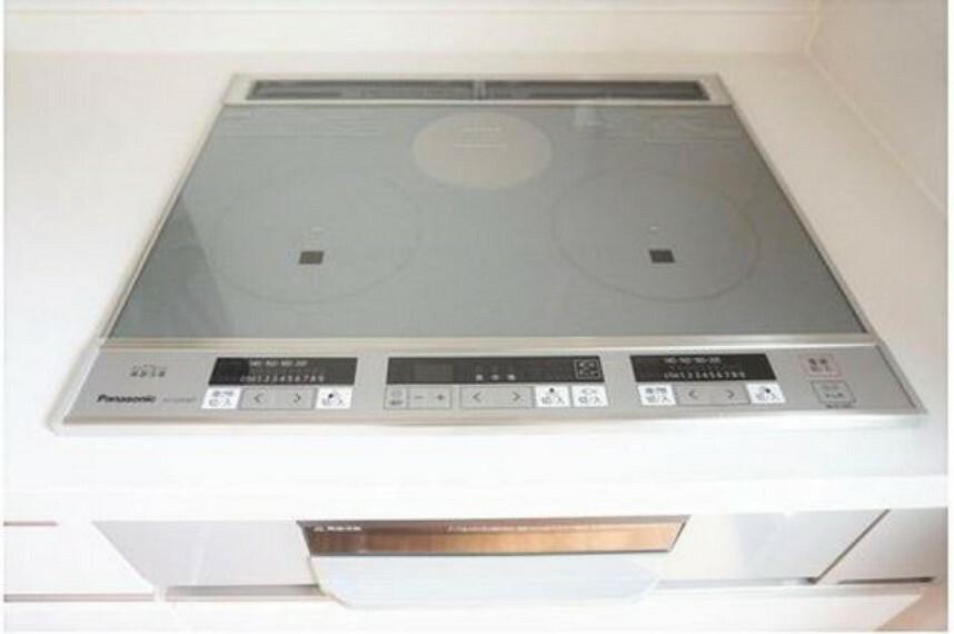 キッチン (同仕様写真)汚れた時もさっと拭くだけでお手入れ楽々なIHクッキングヒーターです。3口コンロなので一気に3種の料理ができます^^