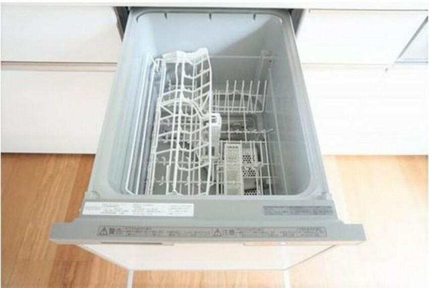 キッチン (同仕様写真)手荒れの心配の減る食器洗浄乾燥機があります。家事の時間が減り家族のコミュニケーションも増えそうですね^^