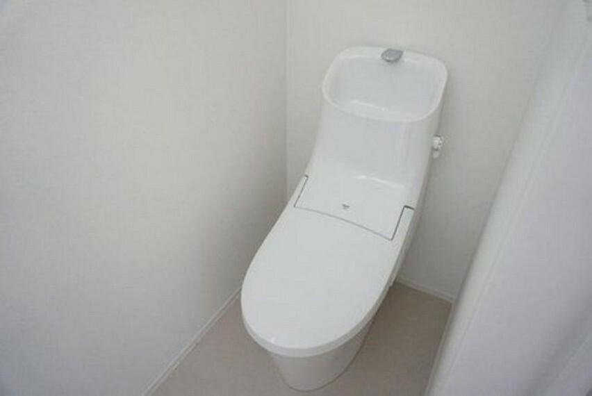 トイレ (同仕様写真)温水洗浄便座付トイレです。節水機能もあるので、安心して使えますね。もちろん、1階2階の2ヶ所にトイレがあるので、忙しい朝にもゆとりができますね。