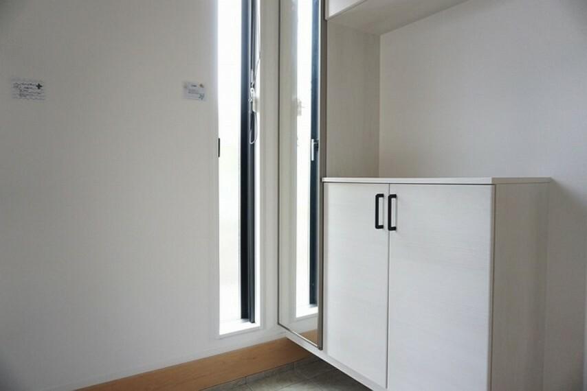 玄関 (同仕様写真)たっぷり収納できるシューズボックスです。家族全員の靴がきれいに整頓できます。散らかりがちな玄関もすっきり片付きそうです^^