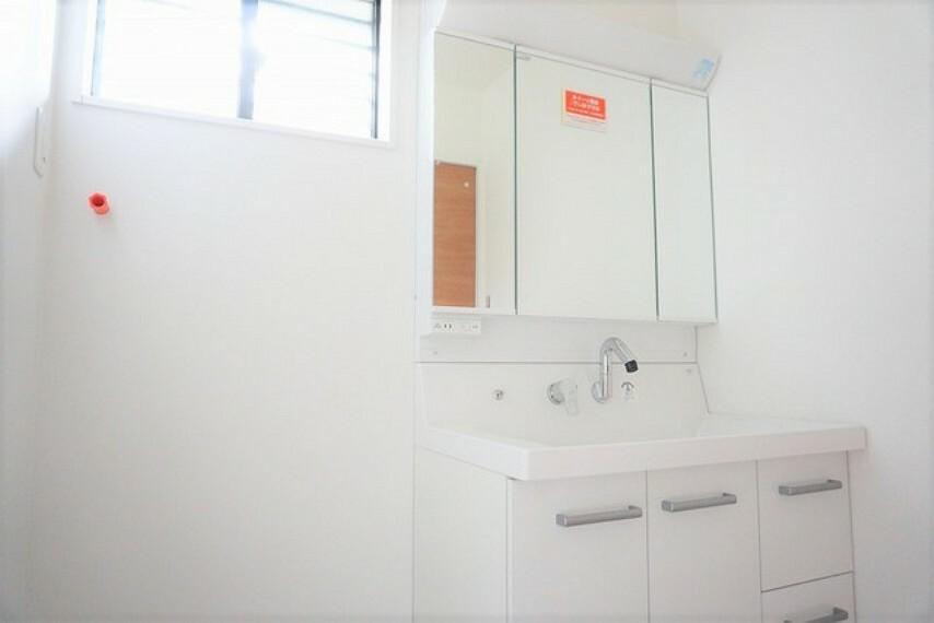洗面化粧台 (同仕様写真)シャワーホース付のシャンプードレッサー。鏡付きで毎朝の支度もはかどります。歯みがきセットや化粧品もきれいに整頓できますよ。