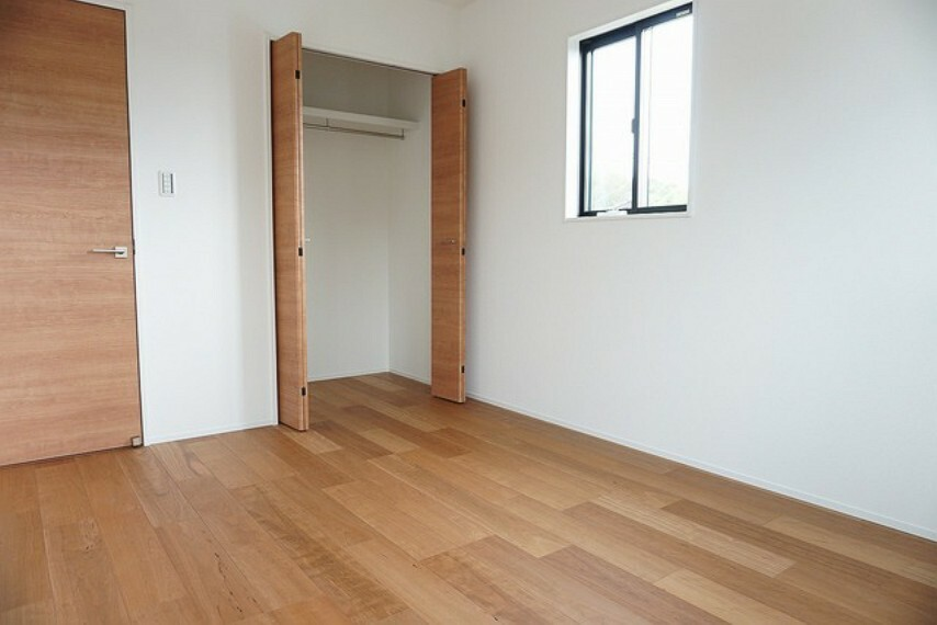 洋室 (同仕様写真)各室にしっかりと収納があるので収納棚を置かずに済み、お部屋が広く使えますね^^