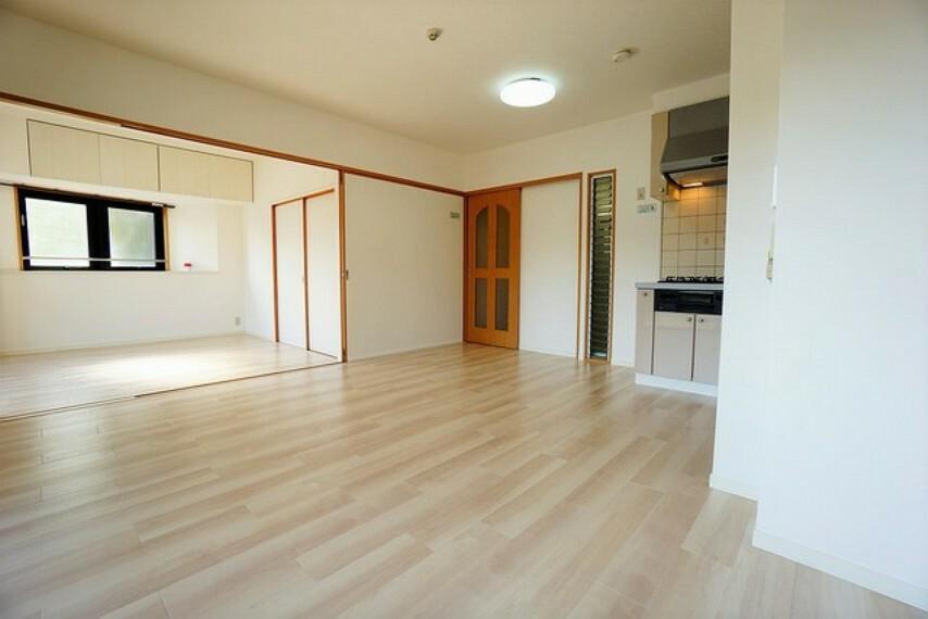 居間・リビング 家族が集まる開放的なリビング。5.9帖の洋室と合わせると18.1帖の大空間になります^^