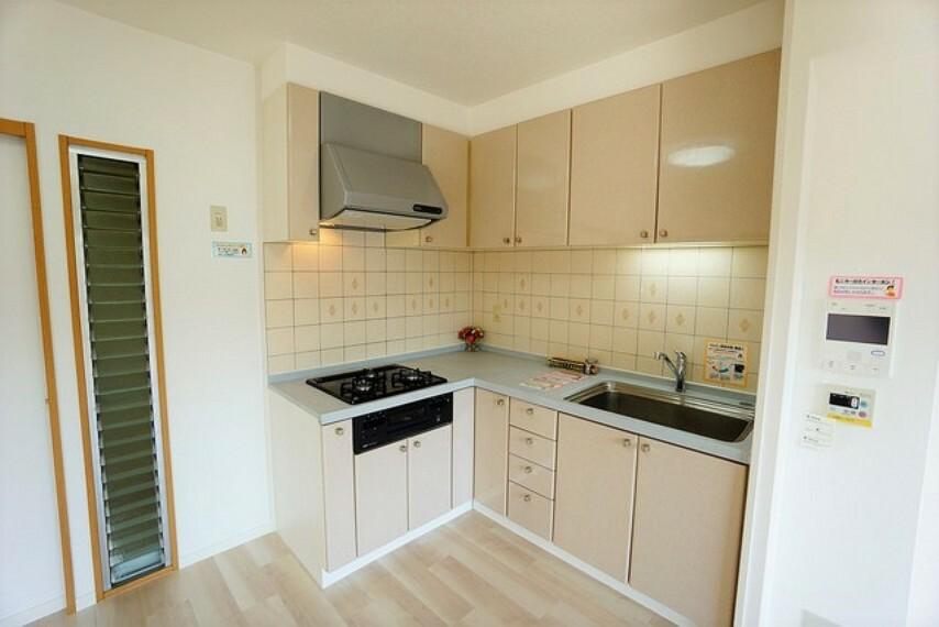 キッチン 部屋の端に位置する壁付けキッチンは、デッドスペースができにくいため、その分リビングやダイニングを広くしやすいという魅力があります。