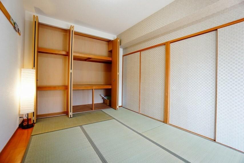 居間・リビング ホッとできる和室を用意。お子様のお昼寝スペースや書斎としてなど、いろいろとお使い頂けます。おしゃれなクロスにも注目です^^