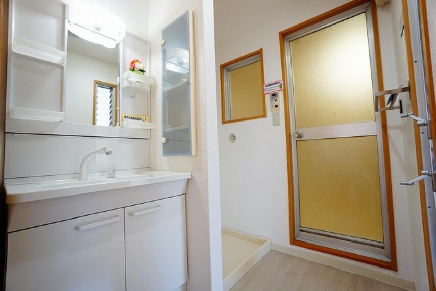 洗面化粧台 シャワーホース付のシャンプードレッサー。鏡付きで毎朝の支度もはかどります。歯みがきセットや化粧品もきれいに整頓できますよ。