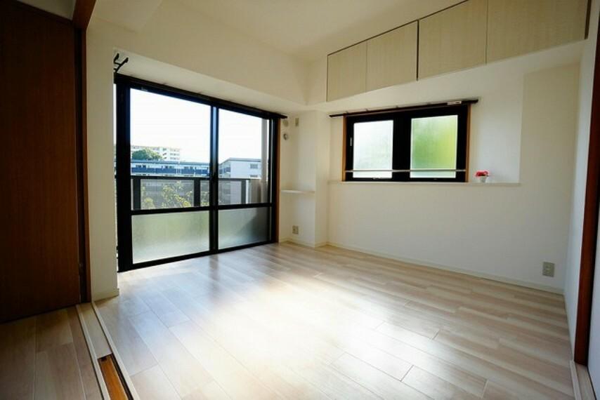 寝室 5.9帖の可動間仕切りがついた洋室。2面採光を確保した明るい室内は、風通しも良く、大変居心地の良い空間となっております。出窓にお花を置くのもいいですね^^