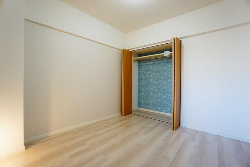 寝室 5.6帖の洋室。広めのクローゼットもあり荷物もすっきり片付けられ、ゆとりのある暮らしが出来ます^^ポイントクロスもかわいいですね^^