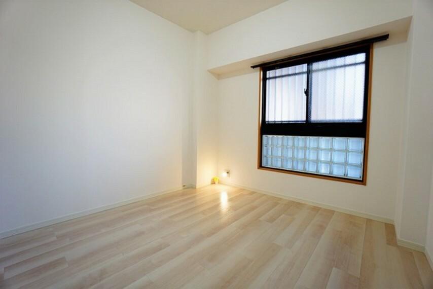 寝室 住む人のこだわりを活かす5.4帖の洋室。ポイントクロスがおしゃれなクローゼット付きです^^