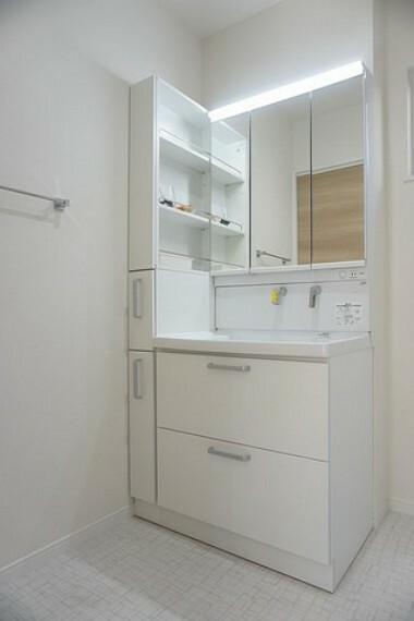 洗面化粧台 同仕様写真。三面鏡つき洗面台。収納も一体型になっているので、ドライヤーやヘアアイロンの置き場に困りませんね。