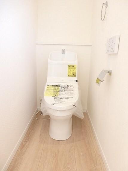 トイレ 同仕様写真。温水洗浄機付トイレです。節水機能もあるので、安心して使えますね。もちろん、1階2階の2ヶ所にトイレがあるので、忙しい朝にもゆとりができますね。