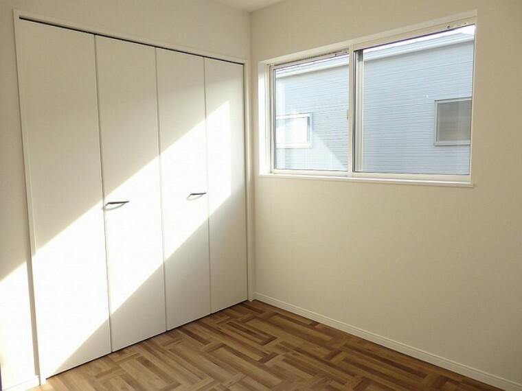 寝室 同仕様写真。住む人のこだわりを活かす洋室^^日当たりがよく、寝室としての利用もおすすめ。広めのクローゼットもあり荷物もすっきり片付けられ、ゆとりのある暮らしが出来ます^^