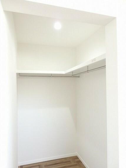寝室 同仕様写真。収納力豊富なウォークインクローゼット付き。洋服や小物などを1箇所にまとめて美しい収納を実現します。