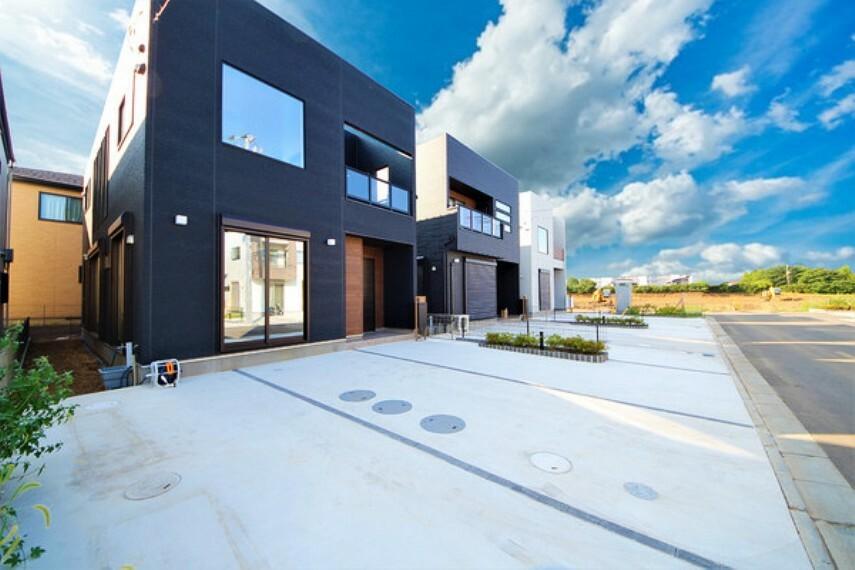 現況外観写真 【施工例】写真は第1期の建物です。 光熱費を削減できるオール電化住宅。完成は2021年7月下旬を予定しています。完成が楽しみですね!