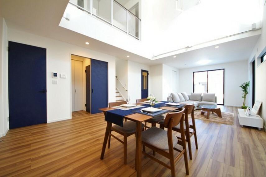 居間・リビング 【施工例】 パッシブデザインの大空間リビング。天井が高く、光が溢れる開放感のある空間で気持よく過ごすことができます。