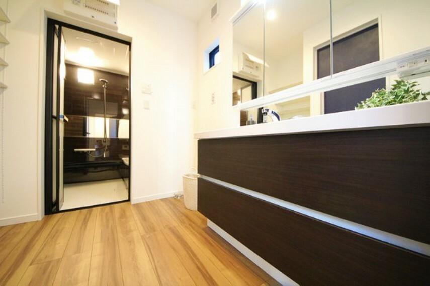 洗面化粧台 【施工例】洗面所には小窓があるので換気もできます。脱衣スペースも広々しています。
