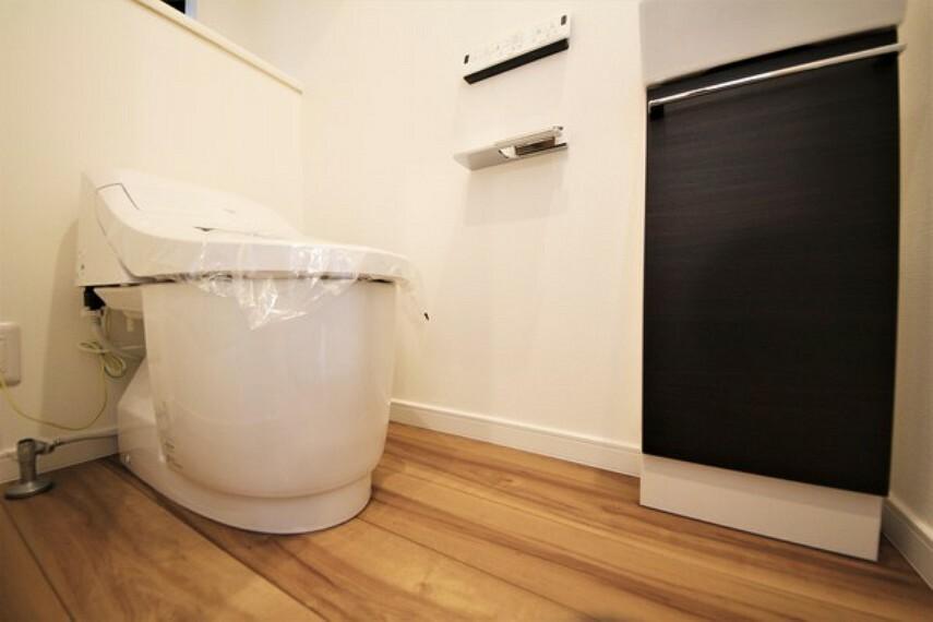 トイレ 【施工例】オート開閉タンクレストイレです。トイレは1・2階にございます。 忙しい朝も安心ですね。