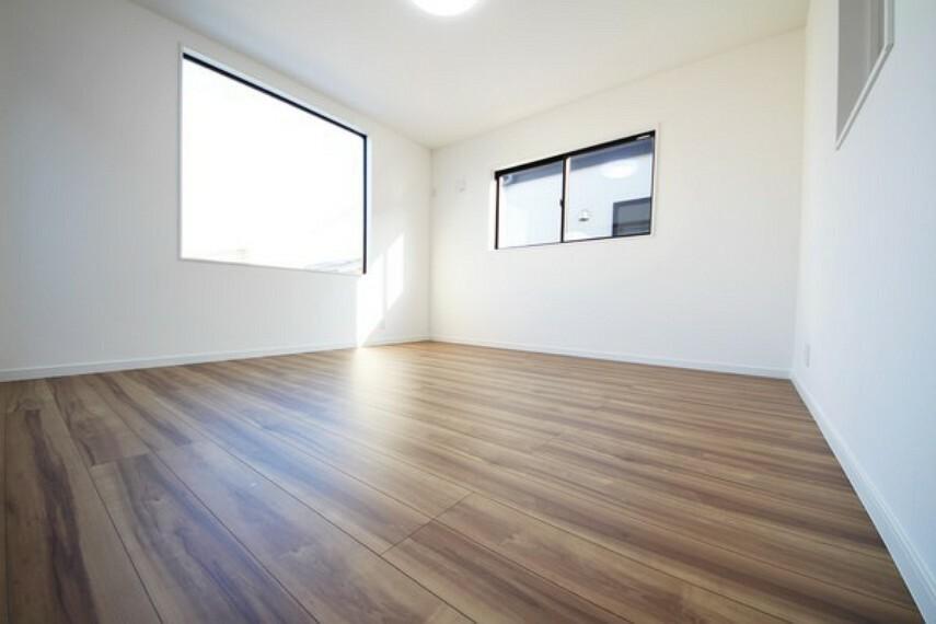 洋室 【施工例】二面採光で明るい洋室ですね! 窓の位置も高いので、ベッドや家具の置き場所にも困りませんね。