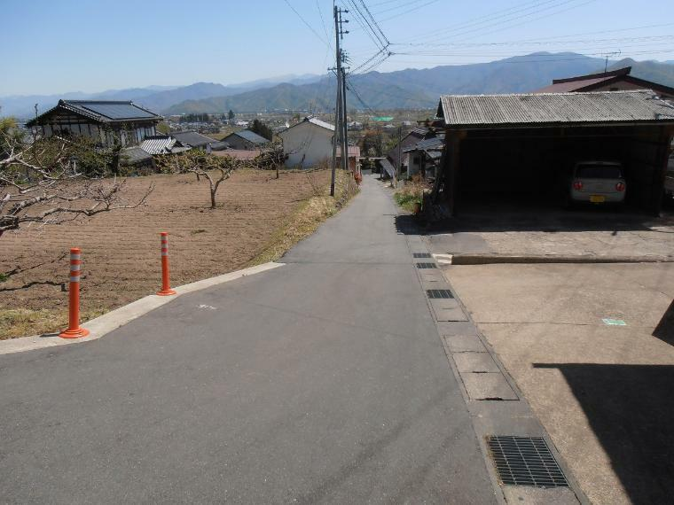 現況写真 西側前面道路を含む外観