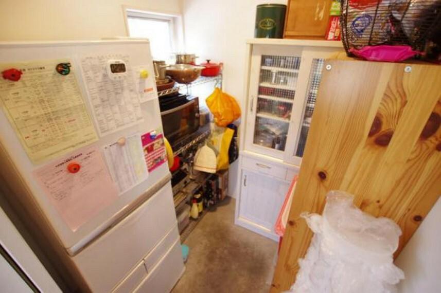収納 キッチン横収納庫!見えない所に収納できます