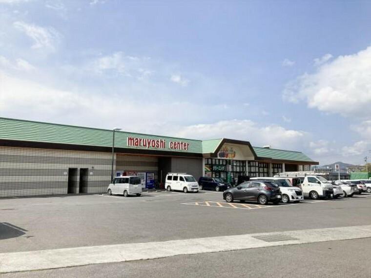 スーパー マルヨシセンター 高瀬店 まで1200m、車で3分です。毎日のことだから、スーパーまで車で3分は嬉しい立地ですね。