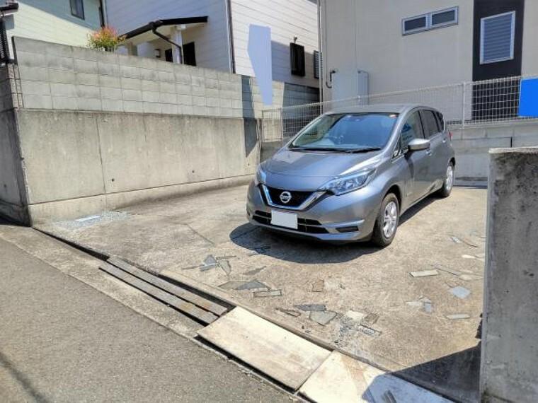 駐車場 【リフォーム中】駐車スペースは並列で2台分です。土間コンクリートは打設済ですので草抜きなどのメンテナンスは最小限で済みますよ。