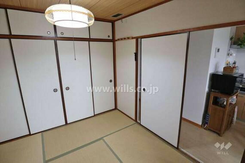 現況写真 和室は約4.5帖です。押入れは十分な収納量がございます。少し工夫をされた収納スペースとなっています。