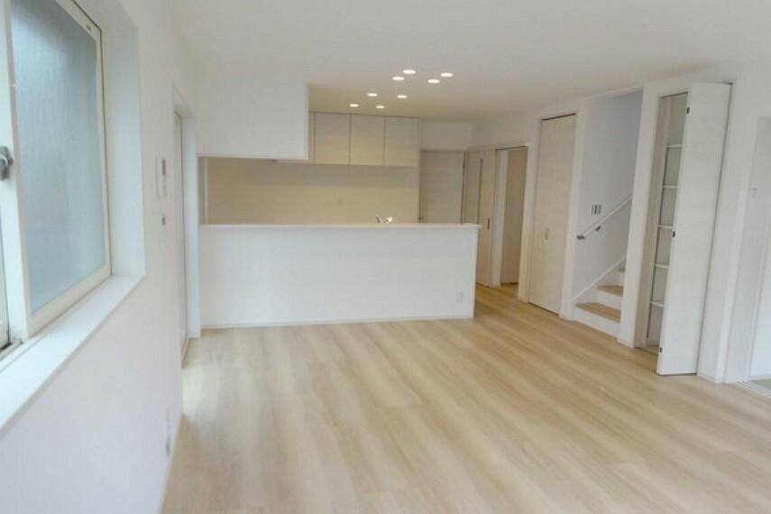 居間・リビング LDKは広々18帖、カウンターキッチンになっており開放感があります。[2021年2月3日撮影]