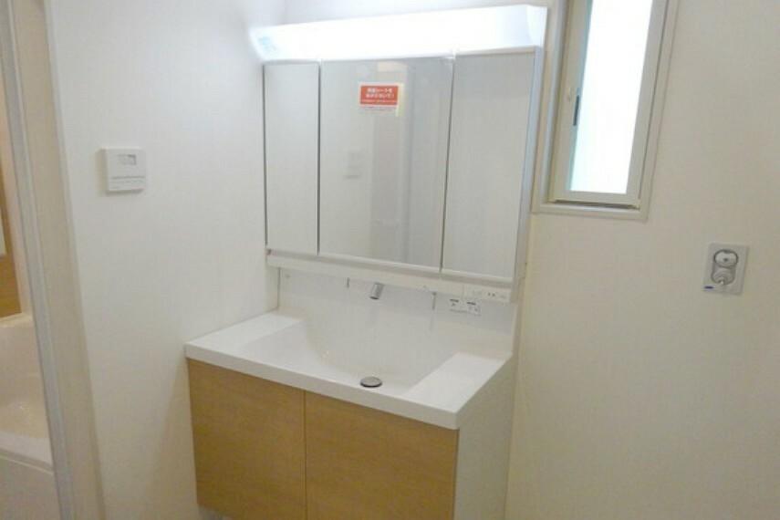 洗面化粧台 洗面室、3面鏡タイプなので収納力があります。[2021年2月3日撮影]