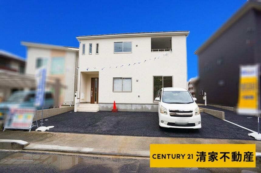 現況外観写真 1号棟:駐車スペース2台分あり!(2021年07月撮影)
