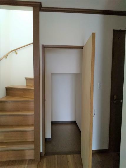 階段下に収納庫があります