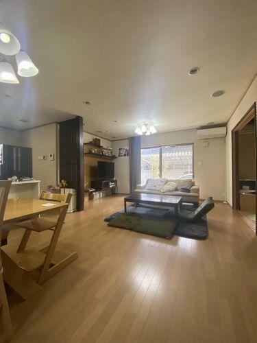 居間・リビング 4LDKのお住まいが登場いたしました。旧住友林業施工のこだわりの住空間。カーポート二台分あり。