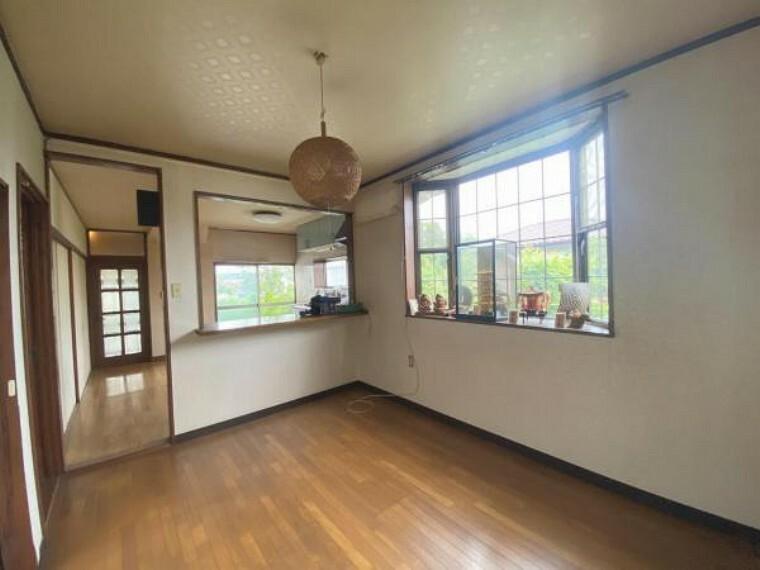居間・リビング 毎日過ごす空間が明るく開放感たっぷり。陽当たり良好で、快適にお過ごしいただけます。