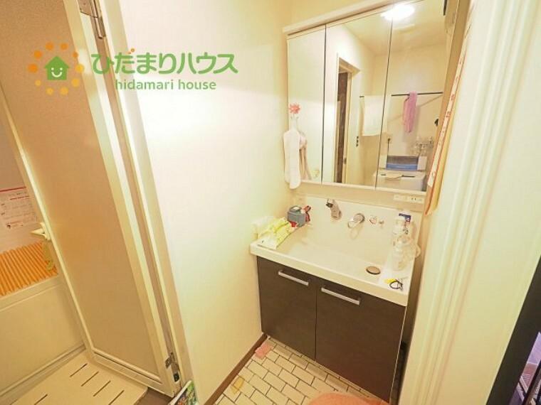 洗面化粧台 三面鏡の大きな鏡は憧れます(^^  鏡の後ろは収納となっていて、細かいものでも収納できるのでスッキリと整理できます!