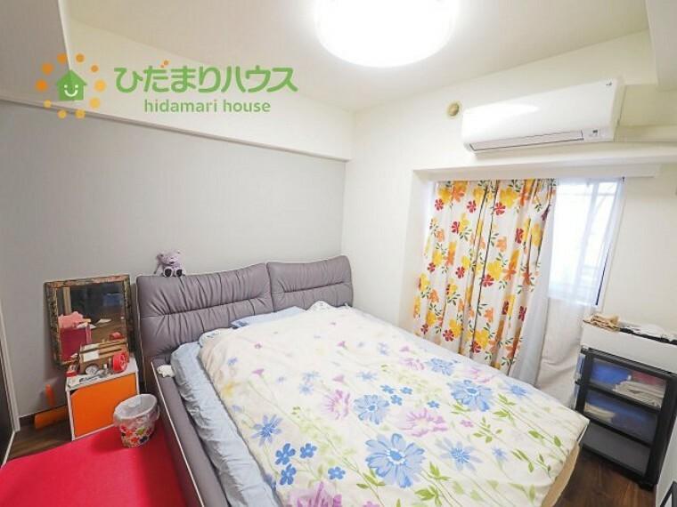 洋室 大きなベッドを置いても余裕の広さの主寝室