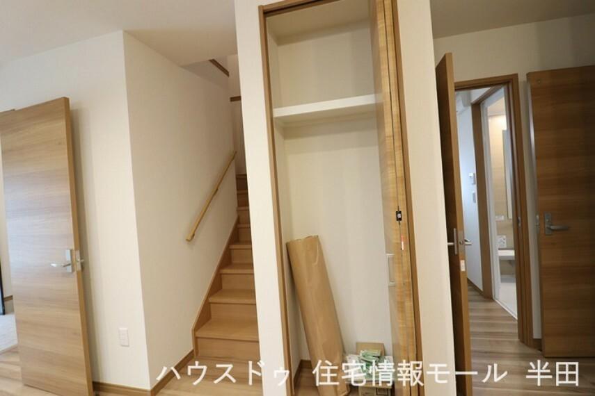 家族を繋ぐリビング階段です。階段横には収納が備わっています。