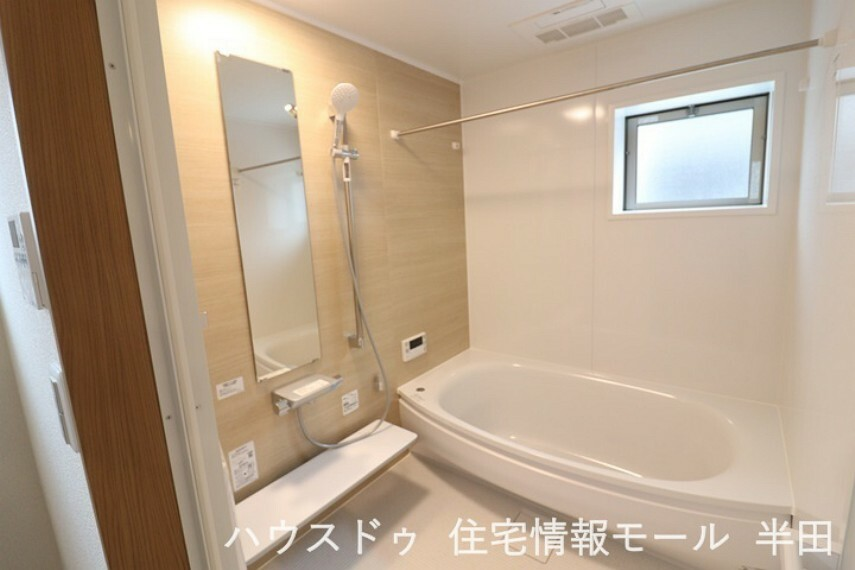 浴室 緩やかな曲線の浴槽が柔らかい雰囲気を演出する浴室です。