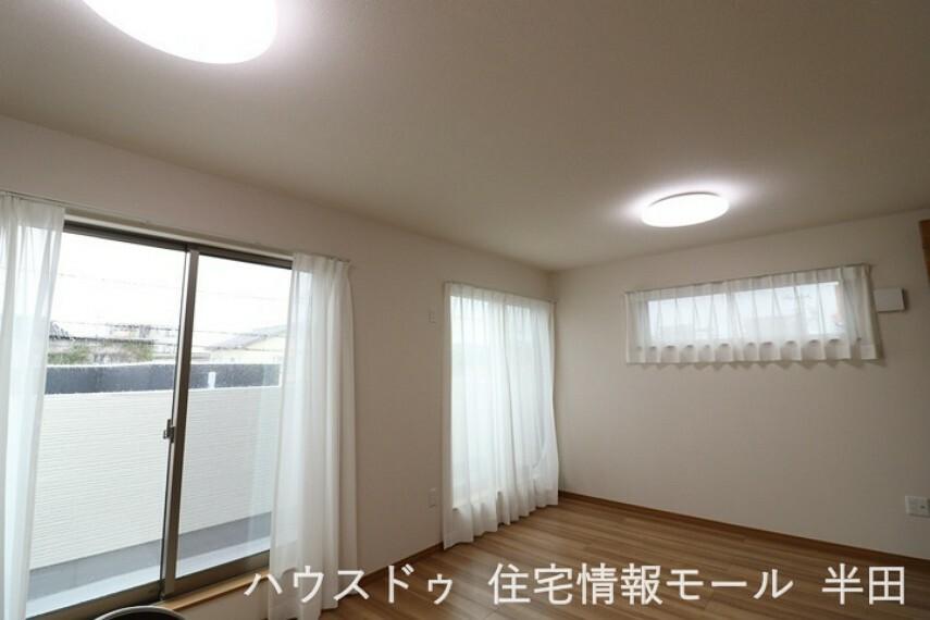 子供部屋 14.25帖の洋室はバルコニーに面しており陽光差し込む明るい居室です。