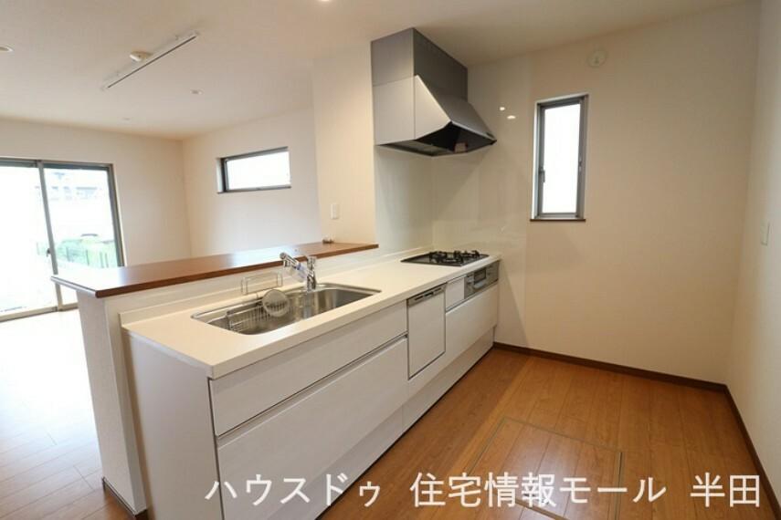 キッチン 収納もたっぷりできるシステムキッチン。